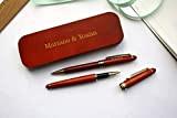Coffret 2 stylos personnalisés en bois foncé, rouge, avec triple gravure. Coffret cadeau idéal anniversaire, retraite personnalisation avec gravure de ...